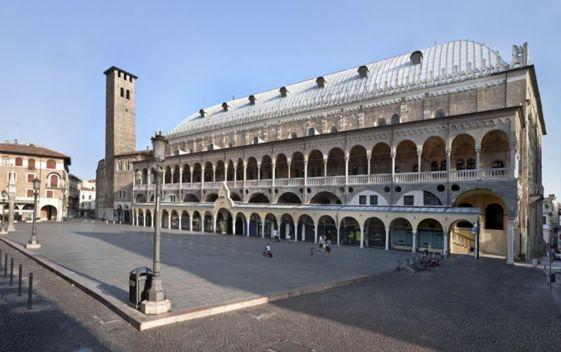 Piazza-della-Frutta-Padova-Italy--2